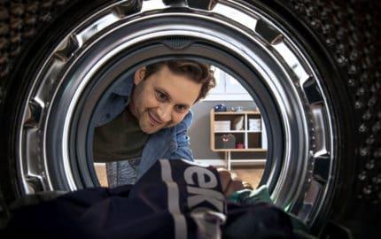 Mann wäscht Wäsche